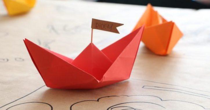 Kağıttan Yapılan Gemi Şeklindeki Masa Kartları
